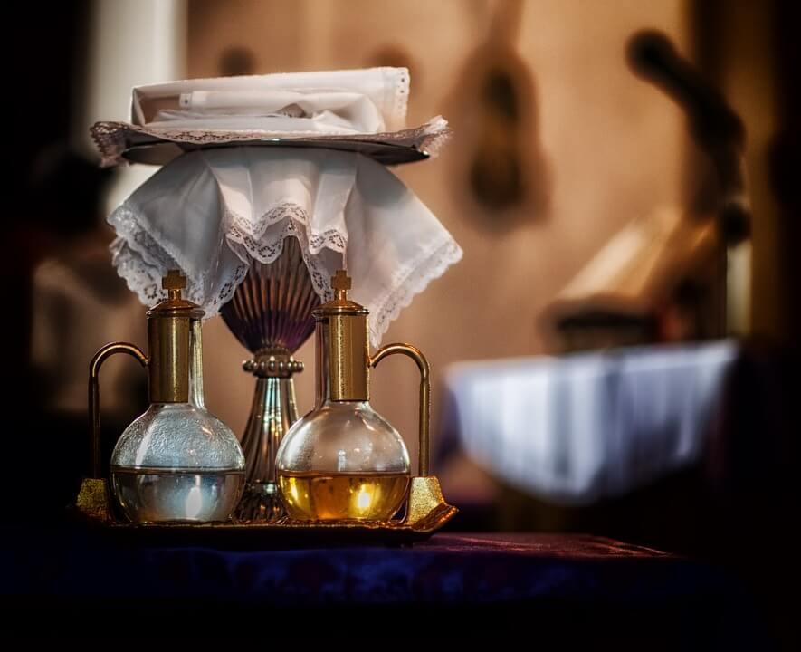 На фото изображена чаша для причащения и святая вода.