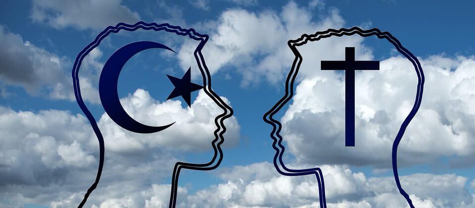 На фото изображены люди двух религий.