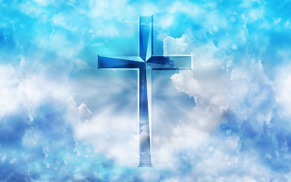 На фото изображен крест в небе.