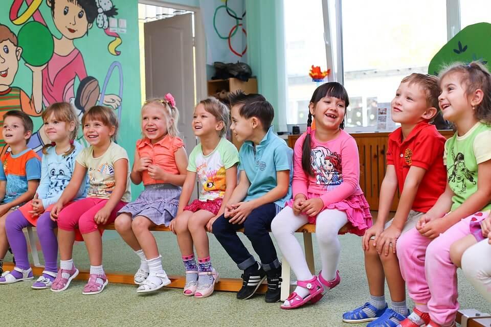 На фото изображены дети в детском саду.