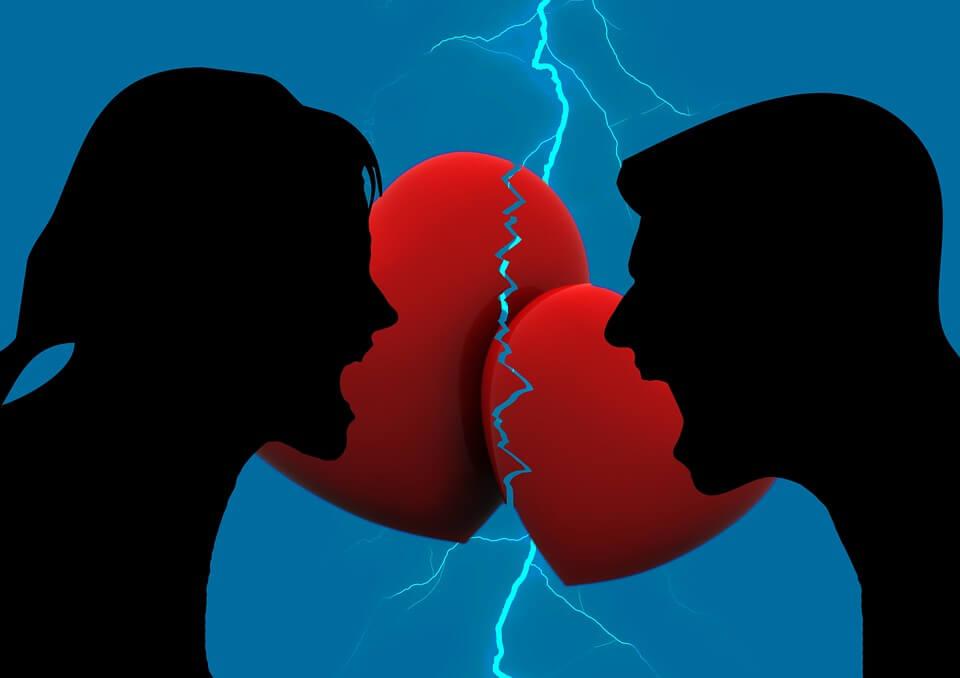 На фото изображена ссора мужчины и женщины.