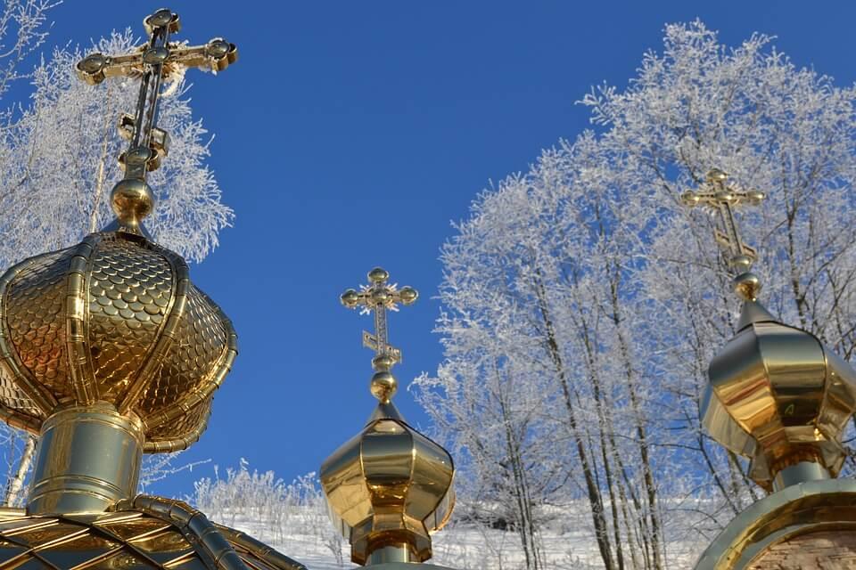 На фото изображены купола церкви.