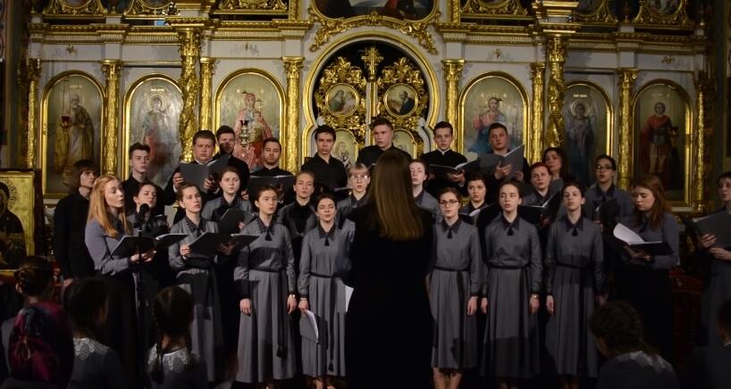 На фото изображен детский церковный хор.