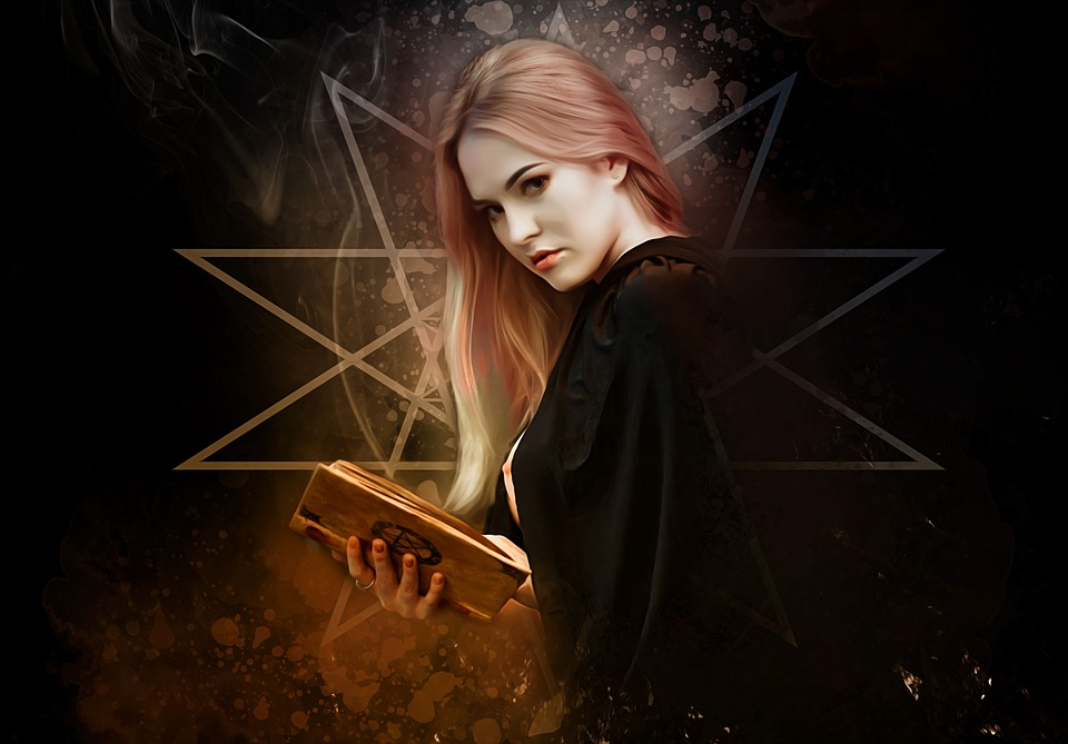 На фото изображена ведьма с книгой в руках.