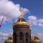 На фото изображен храм ВС РФ. Купола на фоне голубого неба.