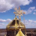 На фото изображен главный храм ВС России. Фото крестов на фоне неба.