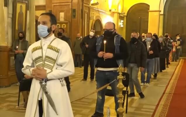 На фото изображены люди в Грузии, пришедшие на литургию. Пасха.