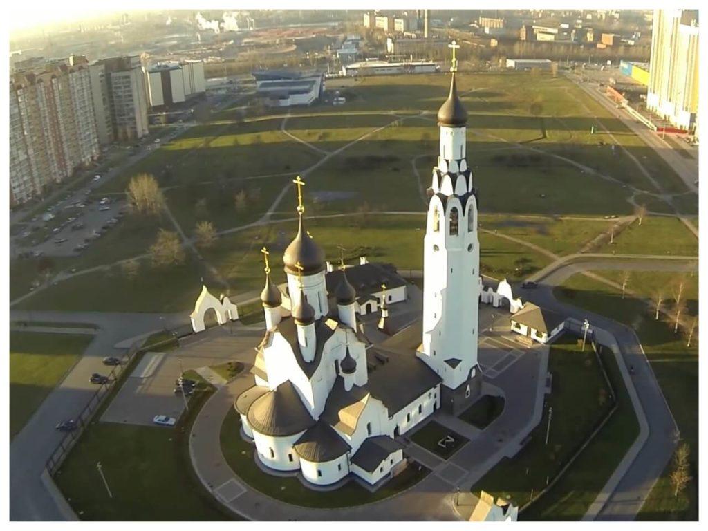 На фото изображен храм Апостола Петра (Санкт-Петербург).