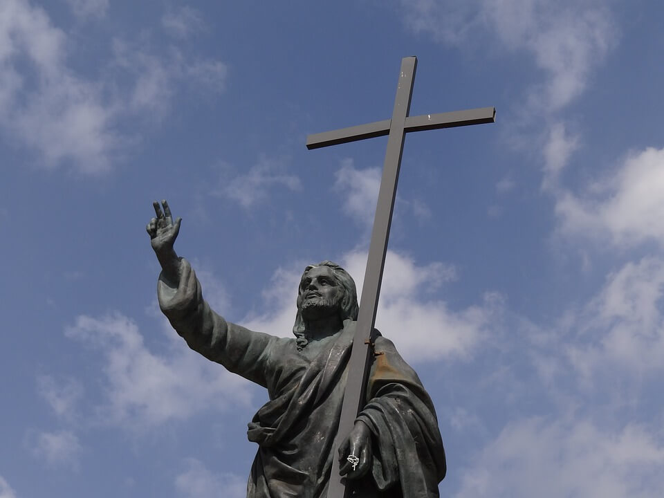 На фото изображена статуя Иисуса с крестом.