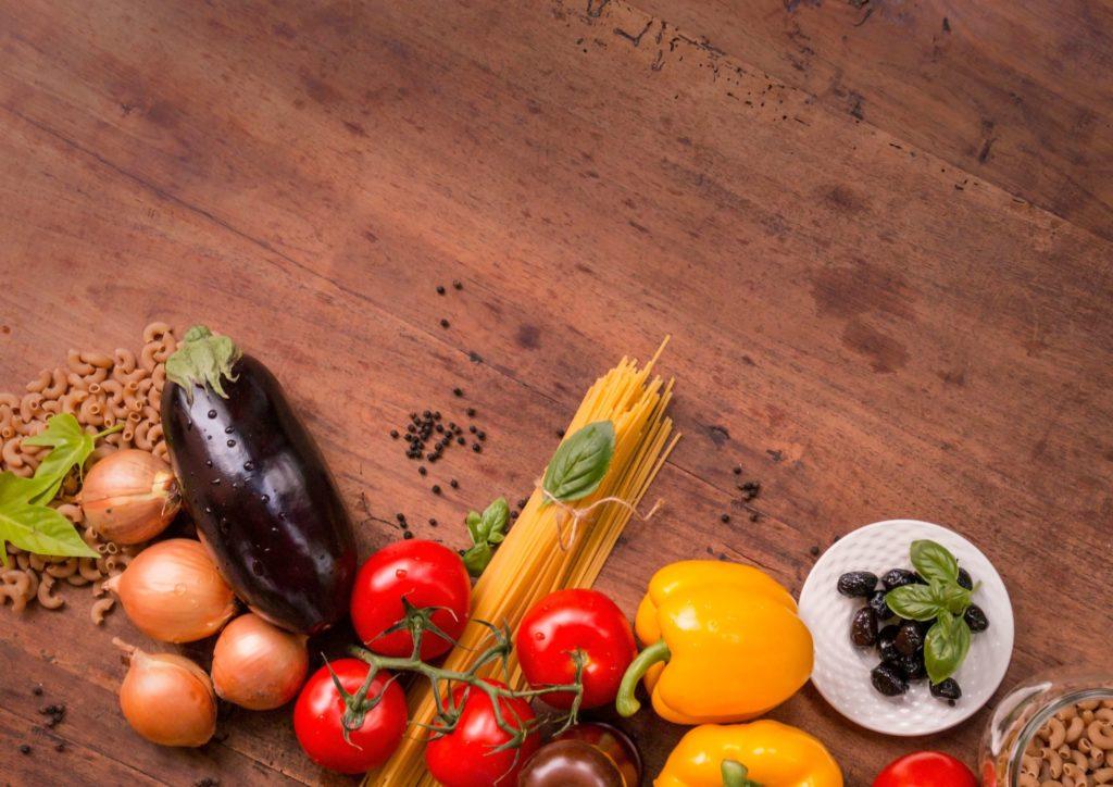 На фото изображены овощи и макаронные изделия.