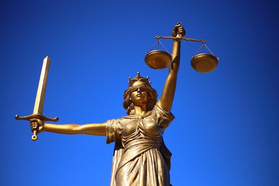 На фото изображена статуя леди справедливости.