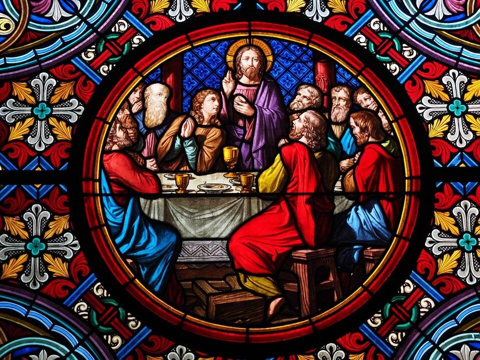 На фото изображена витраж Тайной вечери на окне собора.