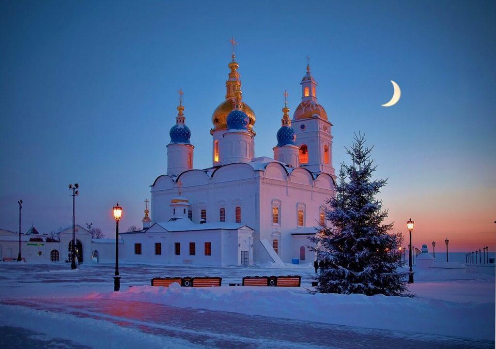 На фото изображена церковь в России (зимой).