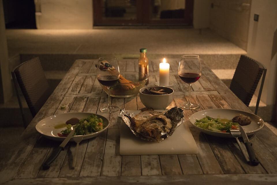 На фото изображе ужин, стоящий на столе.