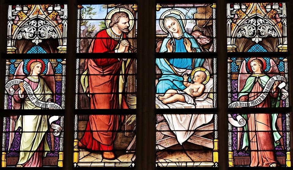 На фото изображен витраж на стекле рождение Иисуса.