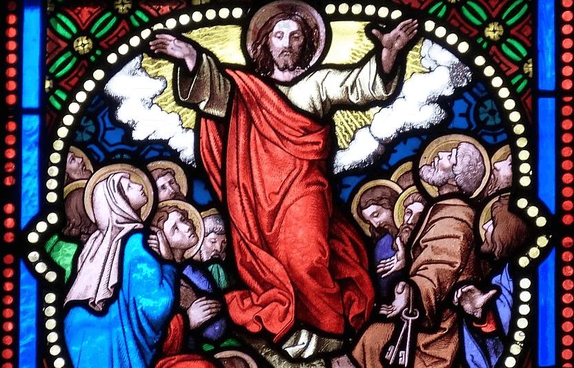 На фото изображено Вознесение Господне на окне церкви.