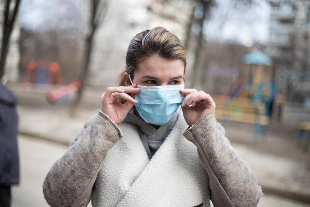 На фото изображена женщина в маске.