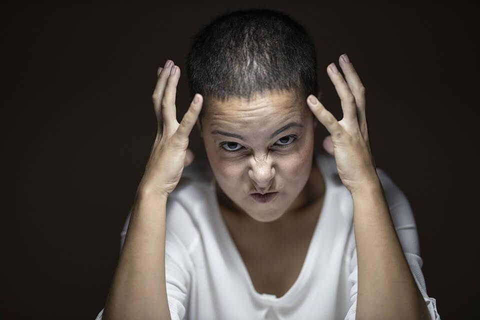 На фото изображена злая девушка.
