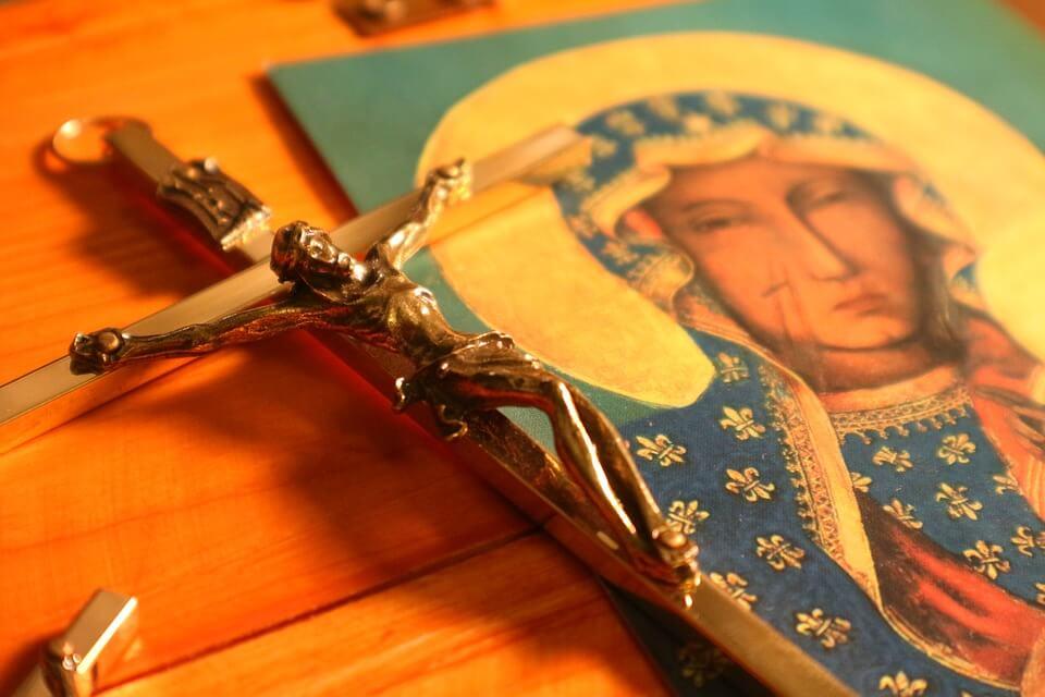 На фото изображена Богородица и крест с распятием.