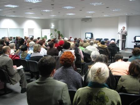 На фото изображено собрание свидетелей Иеговы.