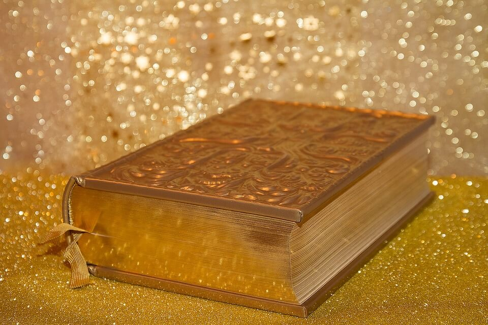 На фото изображена книга Библия.