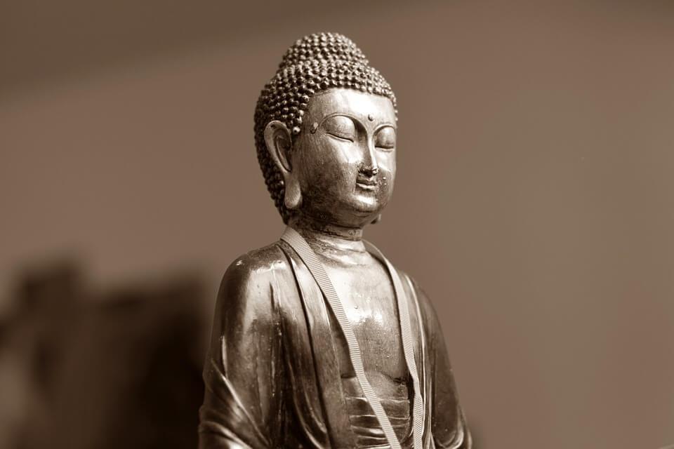 На фото изображена статуя Будды.