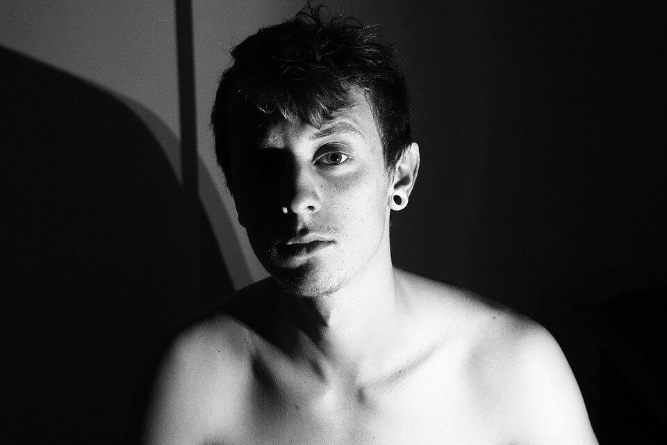 На фото изображен человек в депрессии.