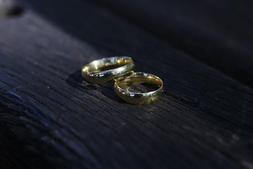 На фото изображены обручальные кольца.