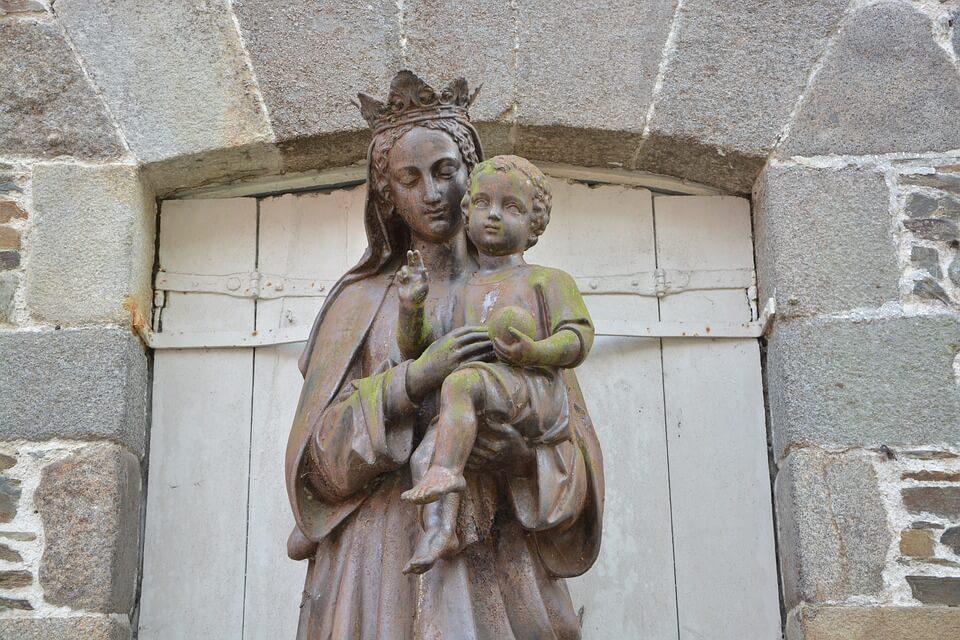 На фото изображена статуя Пресвятой Богородицы с Иисусом на руках.
