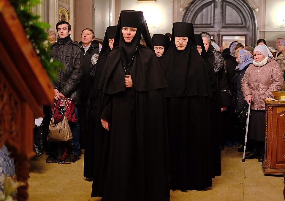 На фото изображена служба в монастыре.
