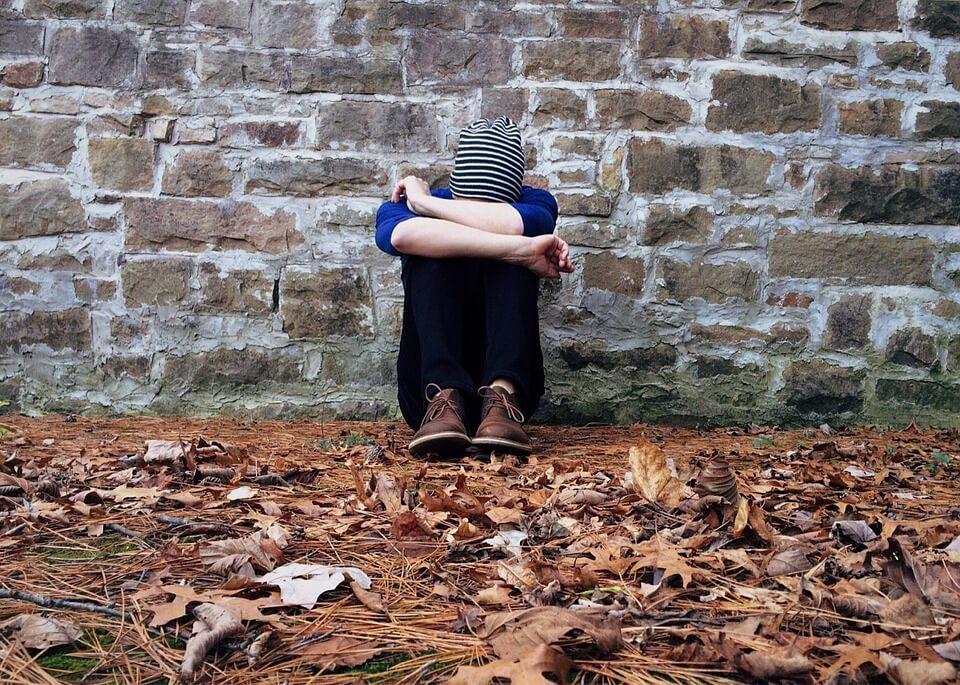 На фото изображен одинокий человек.