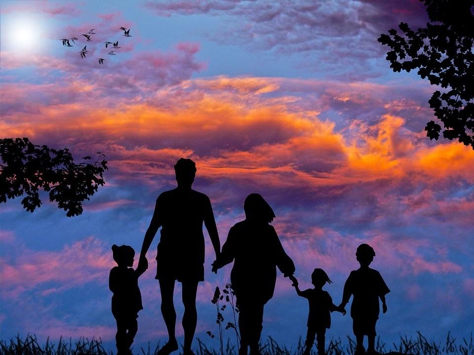 На фото изображен силуэт семьи на фоне неба.