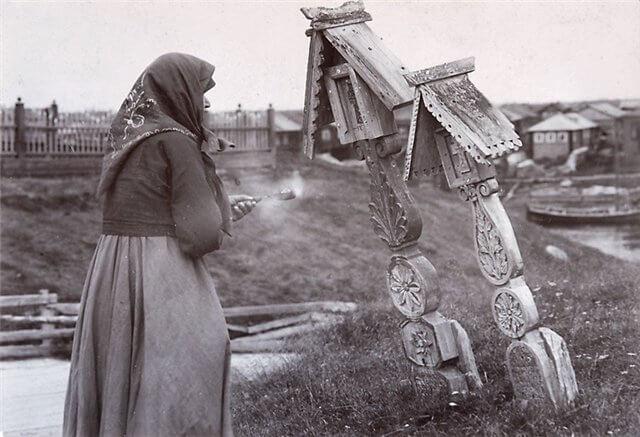 На фото изображена струшка у двух столбцов с крестами.