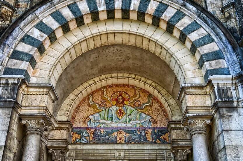 Храм с образом Иисуса Христа на входе.