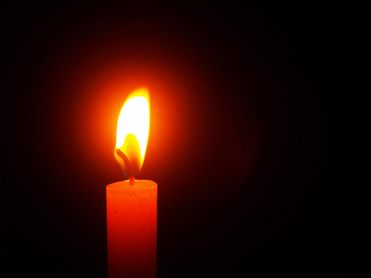 На фото изображена свеча.