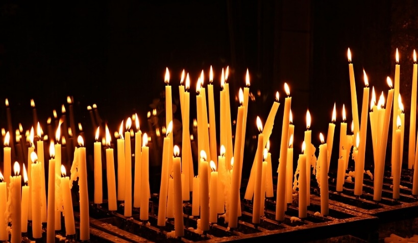 Поминальные свечи в храме.