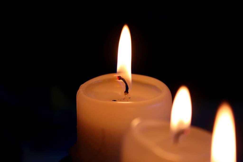 На фото изображены свечи.